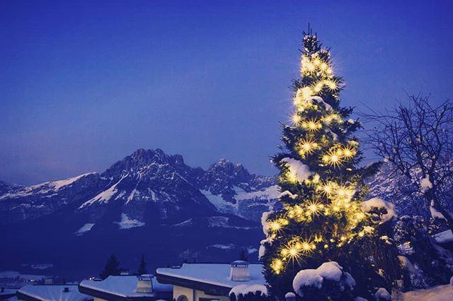 Happy Christmas everyone. 😁🎅 . . . ____________________ #christmastree #christmaseve #christmasday #christmas2017 #christmas #happychristmas #snow #mountains #travelphotography #austria #ellmau #travelphoto #winter #winterscene