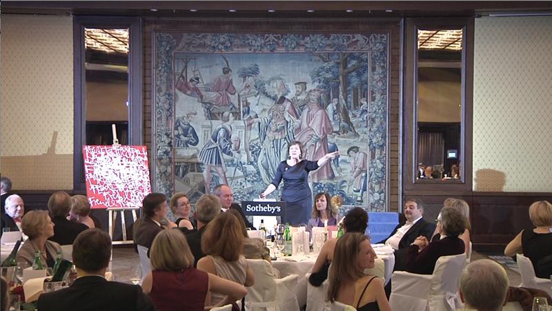 links: das Minuten vorher geschaffene »Live«-Werk von Jörg Schmitz, rechts Nina Buhne, Senior Director/Head of Office von Sothebys Frankfurt, »in A(u)ktion«