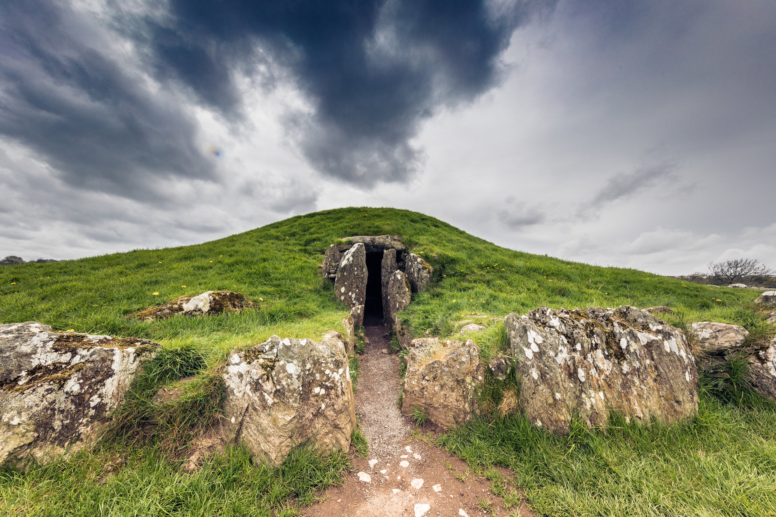 entrance that aligns to the summer solstice, bryn celli ddu ©jennifer bailey 2018