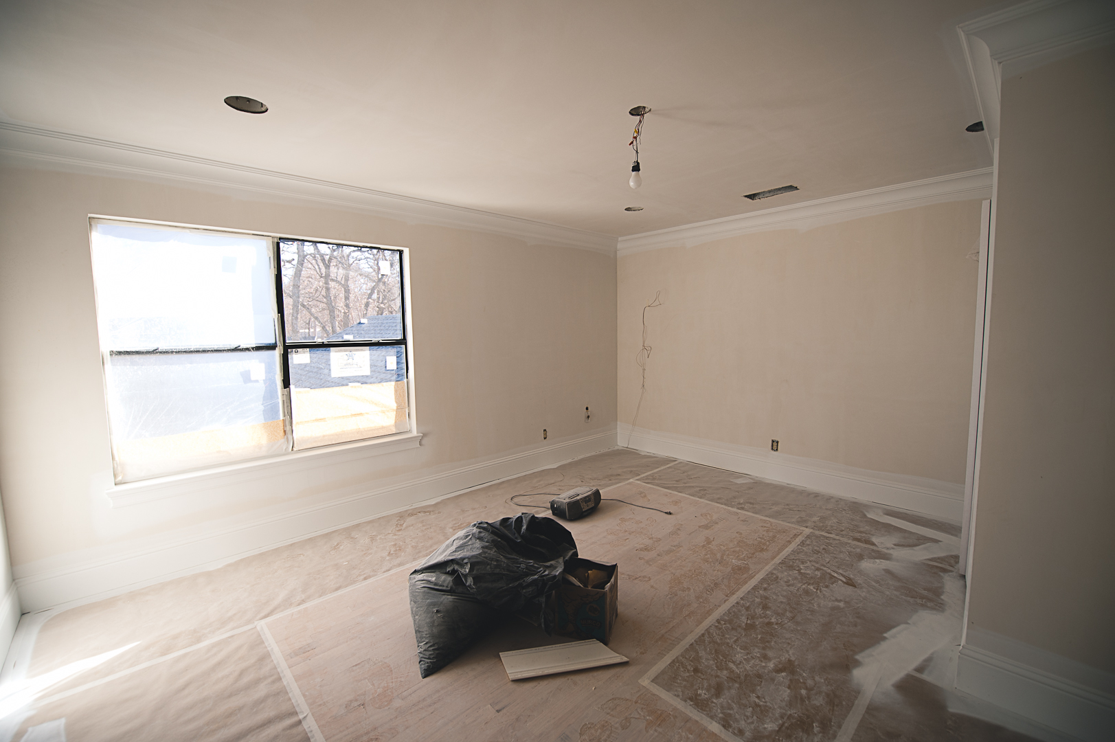 During: The doors were replaced with windows after the balcony was demolished, and the closet was expanded.