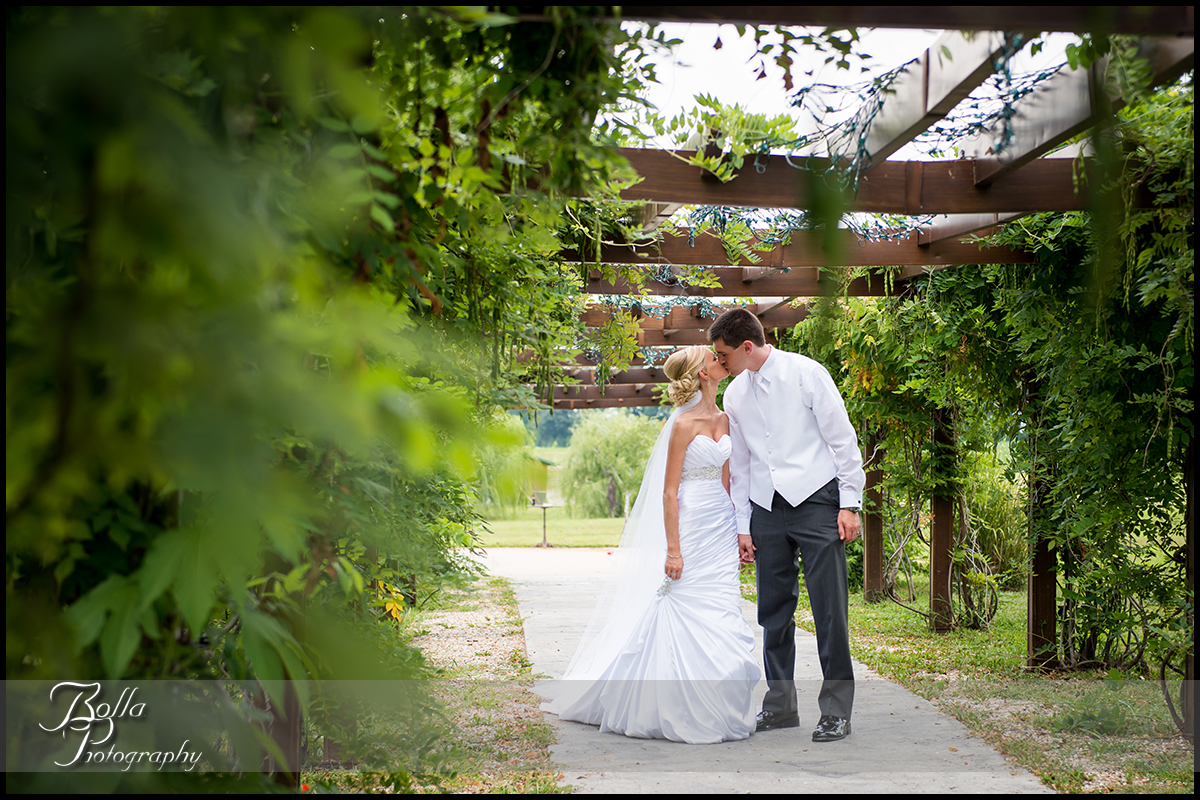 001_Bolla_Photography-wedding-portraits-bride-groom-couple-winery-vineyard-Aviston-Gerstner.jpg