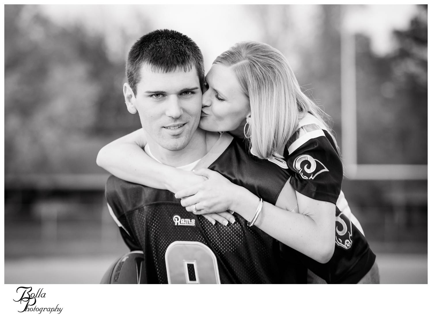 winner4_engagement-football-field-jersey-kiss-fiance-couple