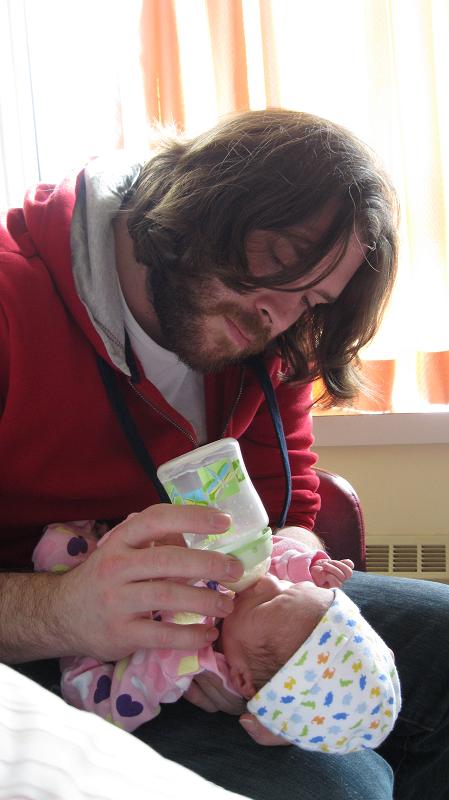 Le biberon permet de déléguer. Crédit photo : Véronique Désormeaux