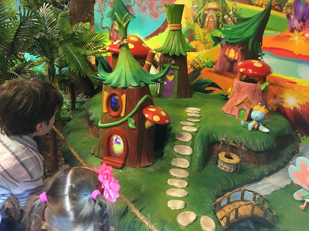 À travers un parcours interactif, les enfants sont invités à suivre les personnages du monde de  BFly  pour venir à la rescousse des papillons