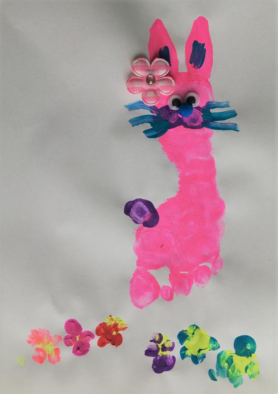 Voici le lapin de Pâques fait à partir d'une empreinte de pied