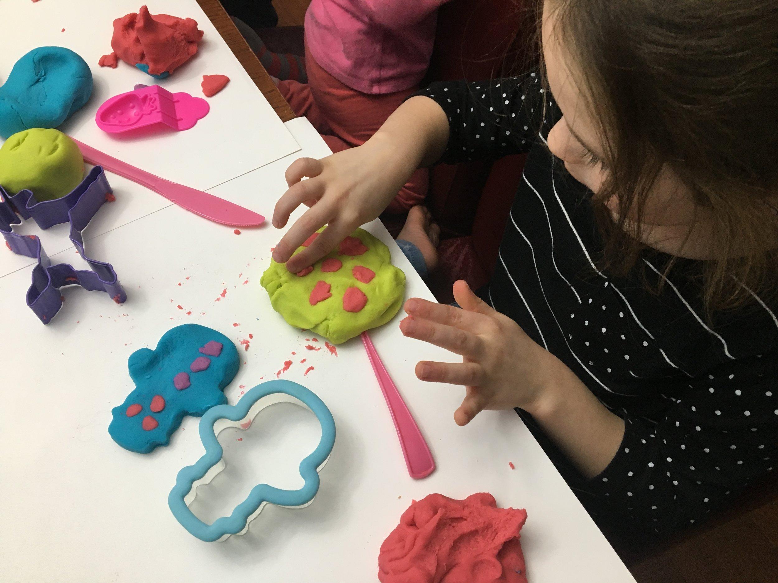 pâte à modeler maison classique-recette de pâte à modeler-DIY-Faire sa pâte à modeler-ingrédients sûrs-#MamanBricole-Maman Bricole-manipuler-enfants-bébé-Maman-Je suis une maman
