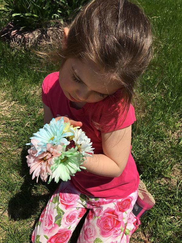 marguerites-fleurs-fleurs+colorées-couleurs-met+de+la+couleur+dans+ta+vie-colorer+des+fleurs-colorant+alimentaire-expérience-plaisir-enfants-simplicité-#mamanbricole-Maman+Bricole-Je+suis+une+maman-2.png