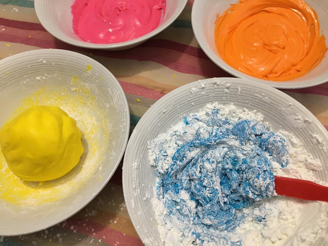 Pate+à+modeler-glaçage+à+gâteau-pate+à+modeler+comestible-activité+enfant-Maman+Bricole-#MamanBricole-Je+suis+une+maman-7.png
