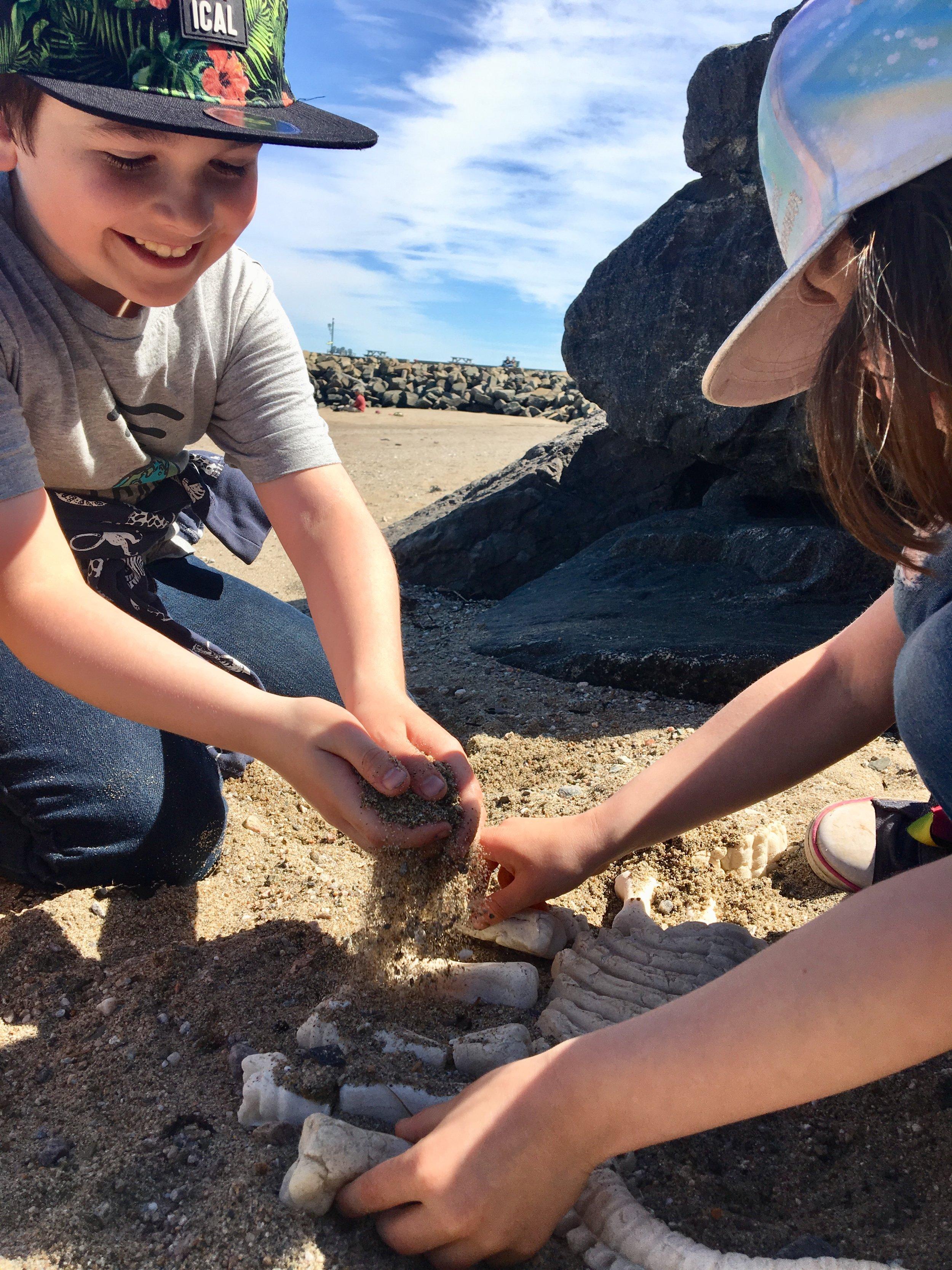 bricolage-paléontologue-paléontogie-os-dinosaures-préhistorique-enfant-sable-pâte-à-sel-activité