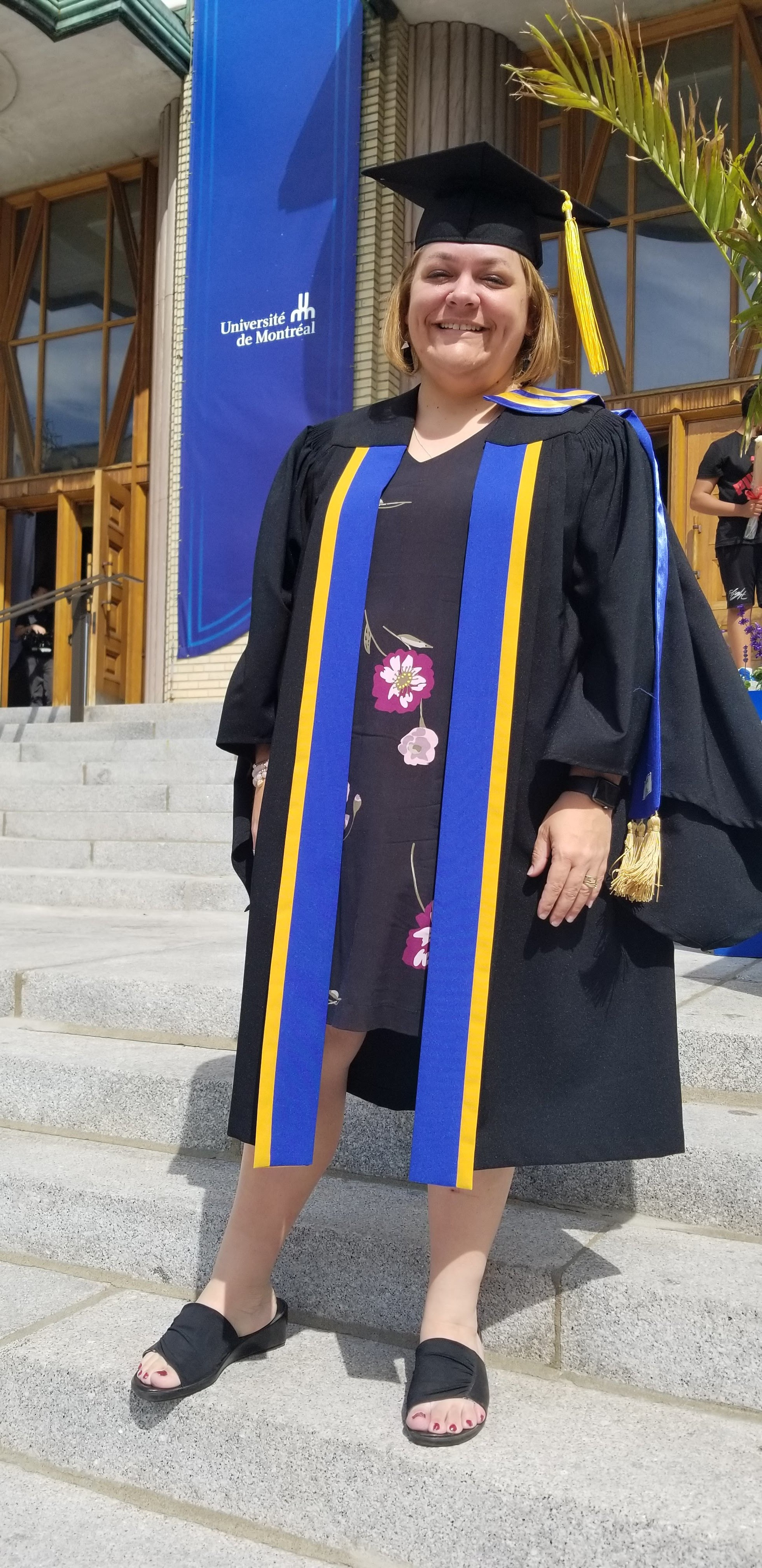 diplomée-retour-école-fierté-réussite-université-de-montréal-graduée-collation-des-grades-famille