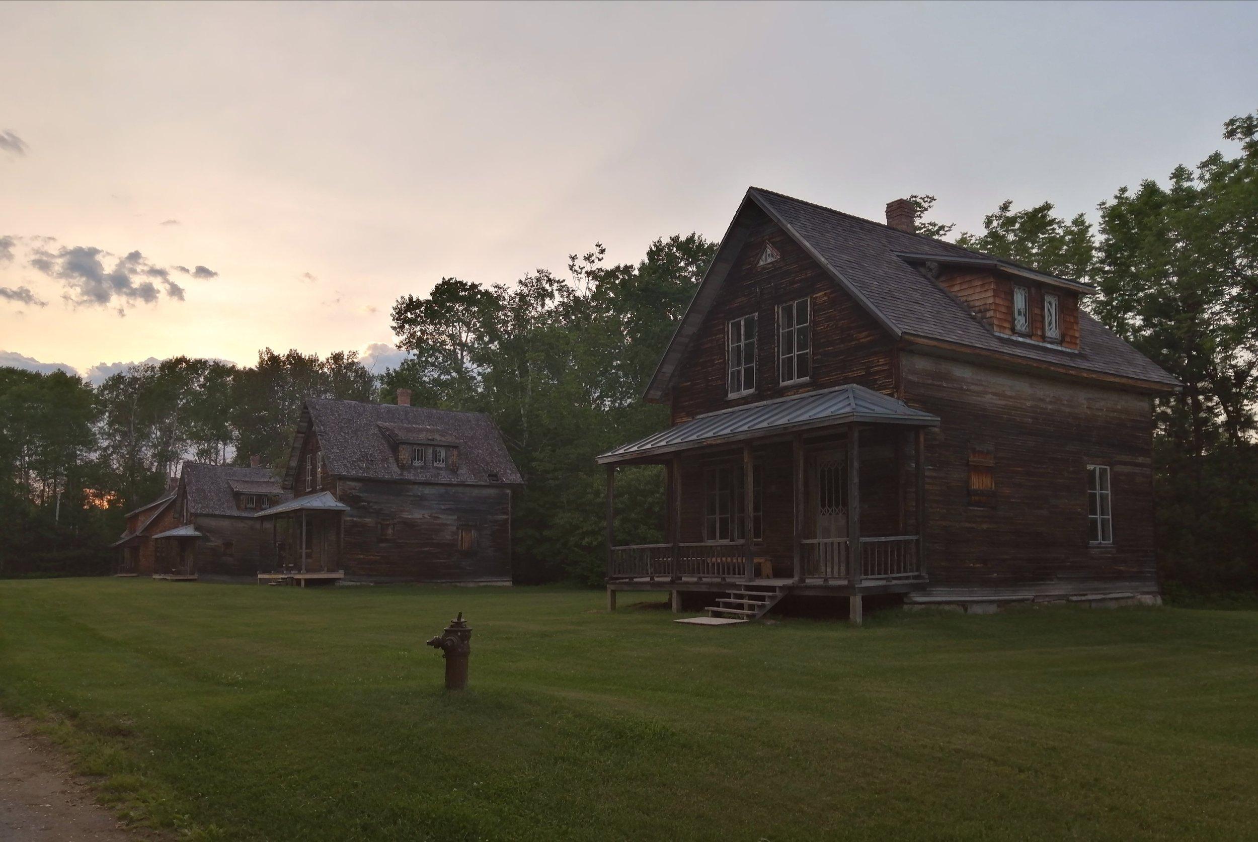 voyage-famille-lac-saint-jean-village-val-jalbert-maisons-abandonnées