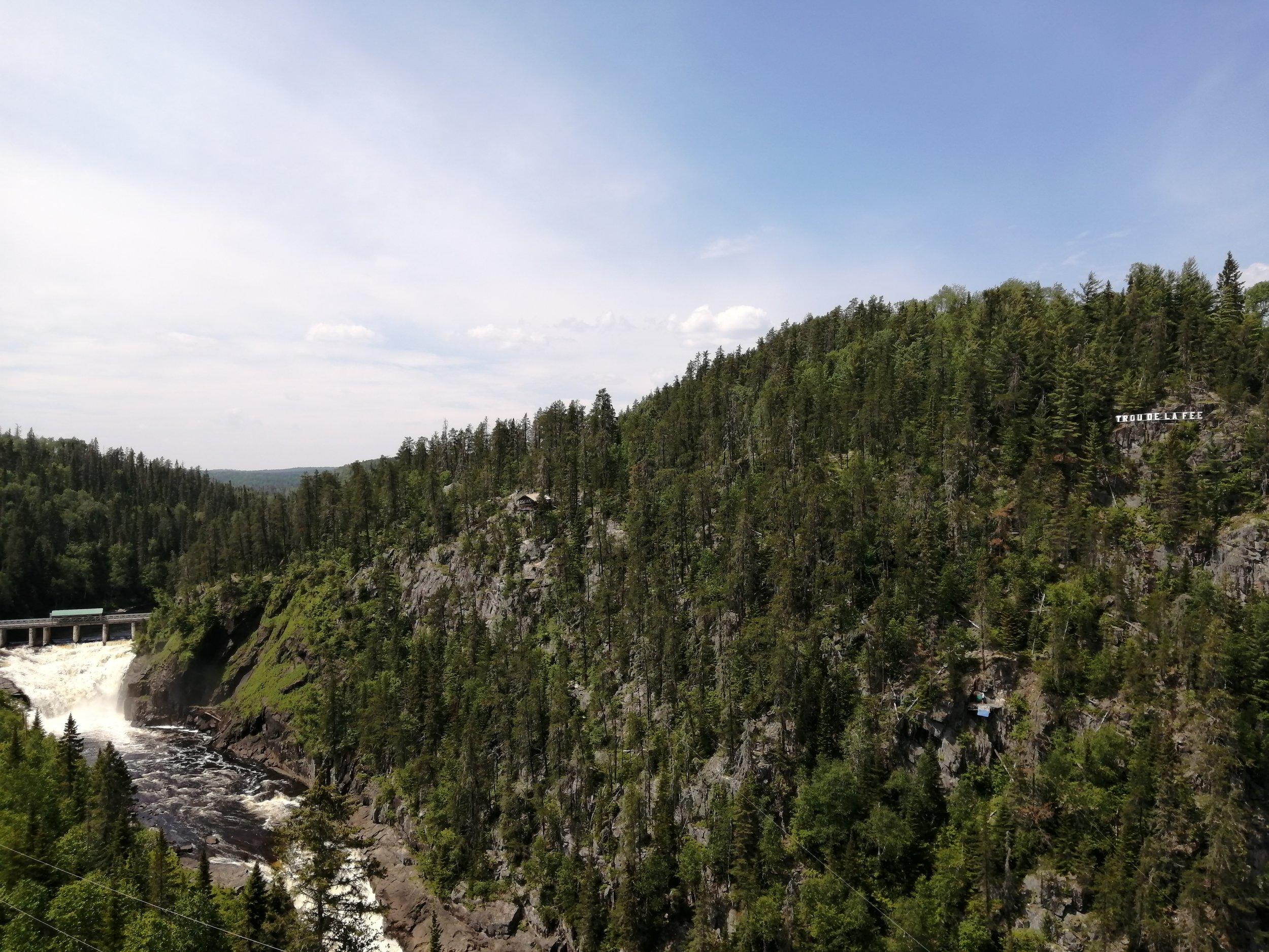 voyage-famille-lac-saint-jean-carverne-trou-de-la-fée-impressionnant-belvédère-