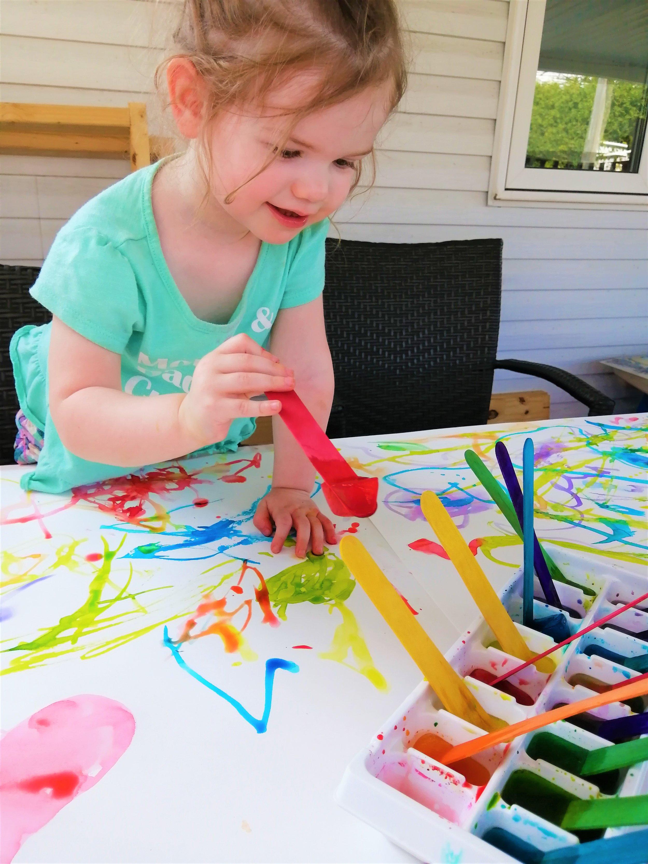 peinture-glacée-activité-intérieure-enfant-plaisir-maman-bricole-couleurs-art-créativ