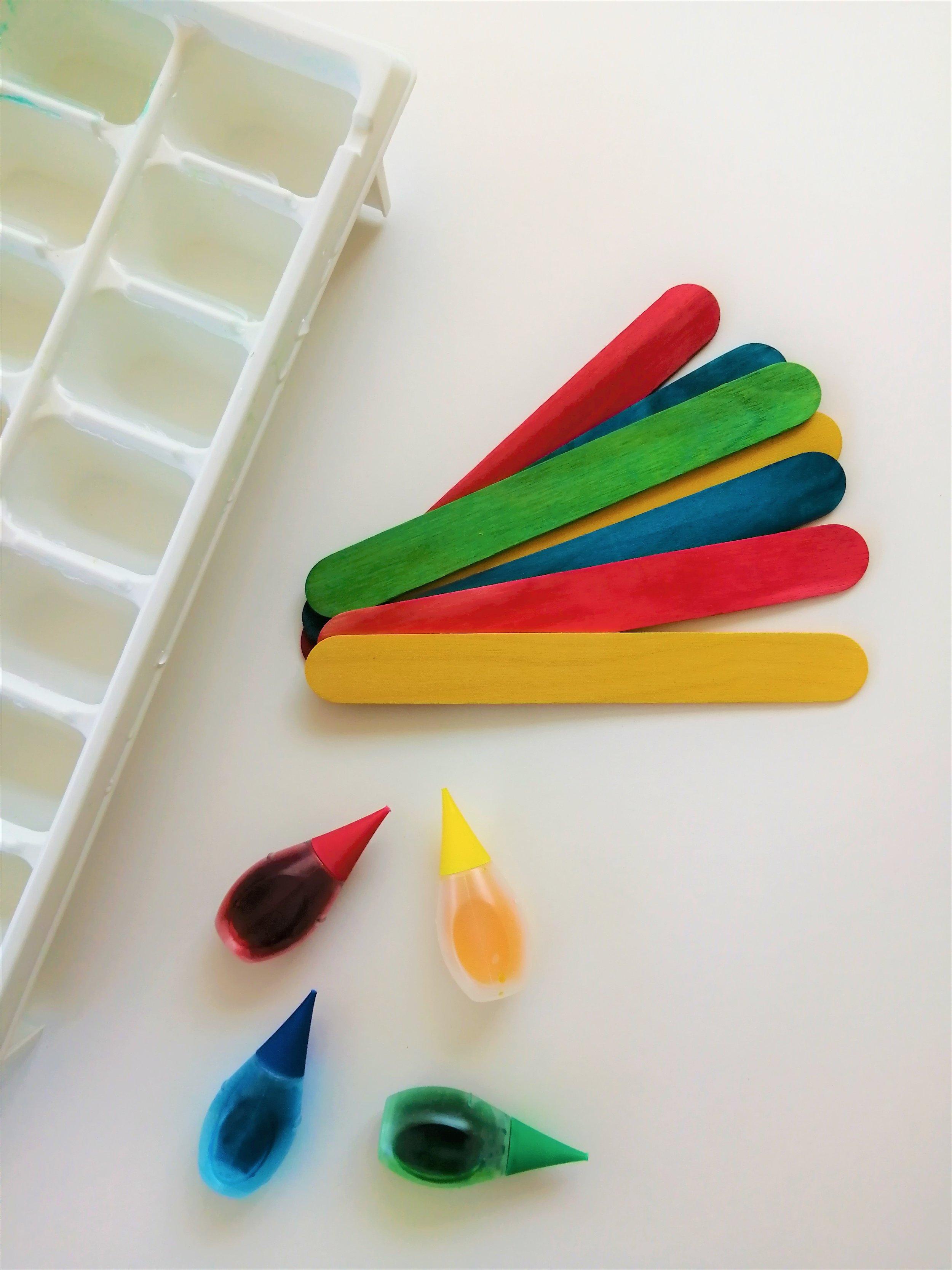 peinture-glace-été-activité-enfant-2-ans-glaçons-eau-colorant-baton