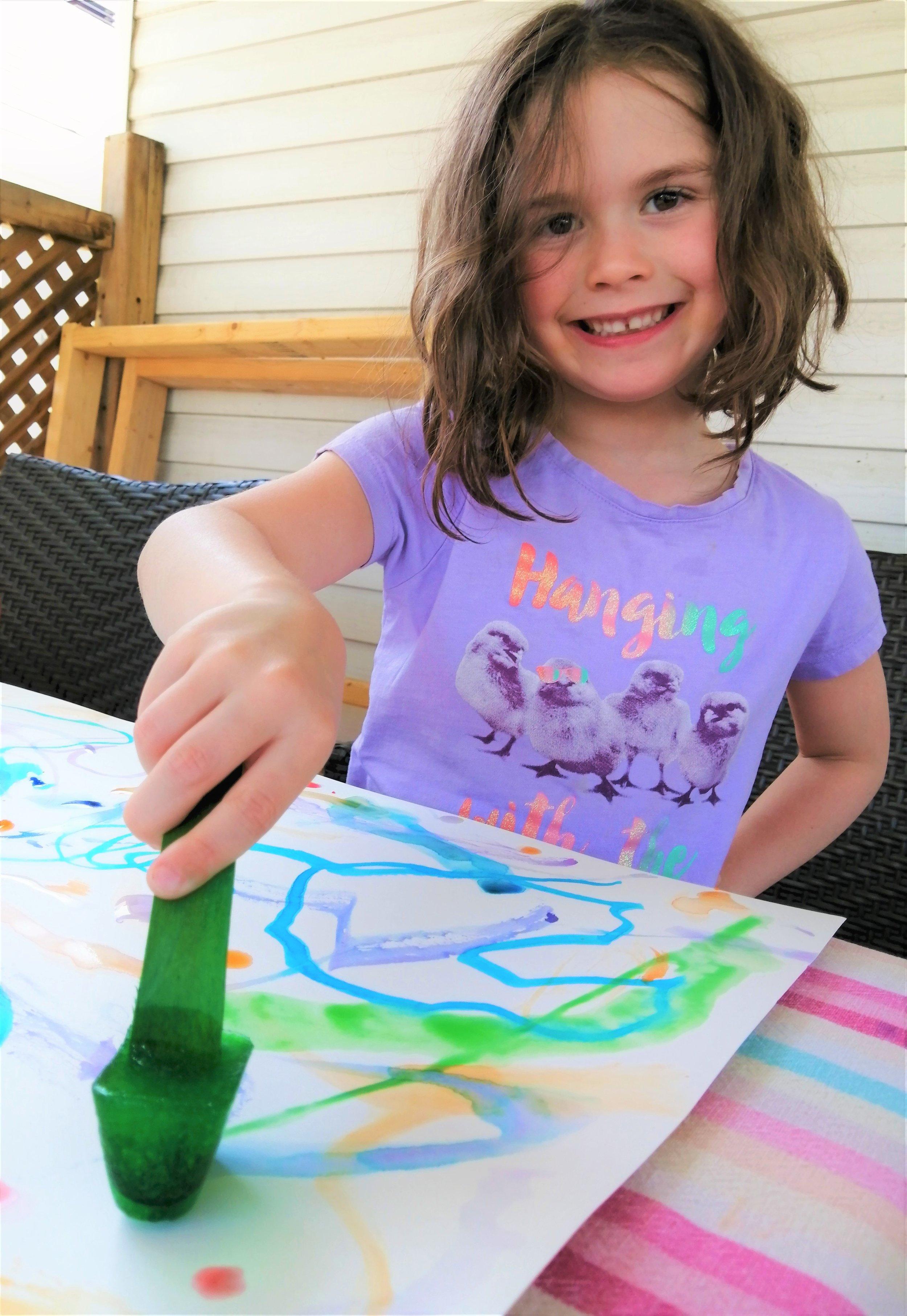 oeuvre-enfant-activité-facile-peinture-glaçons-couleurs