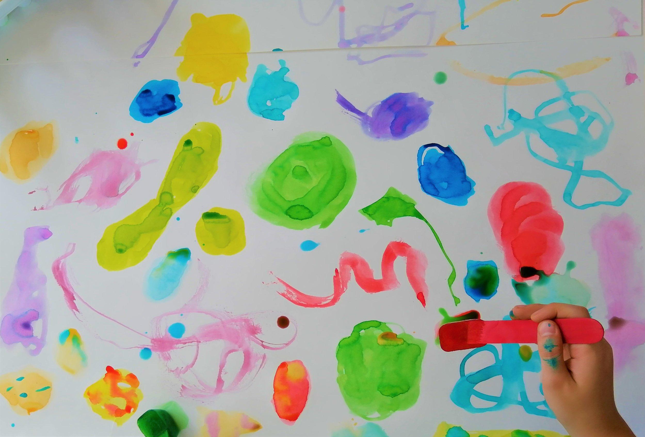 oeuvre-colorée-enfant-activité-artiste