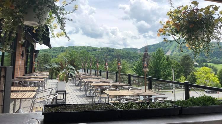 Terrasse-wow-bromont-calumet-vue-cantons-de-l'est-été-dehors