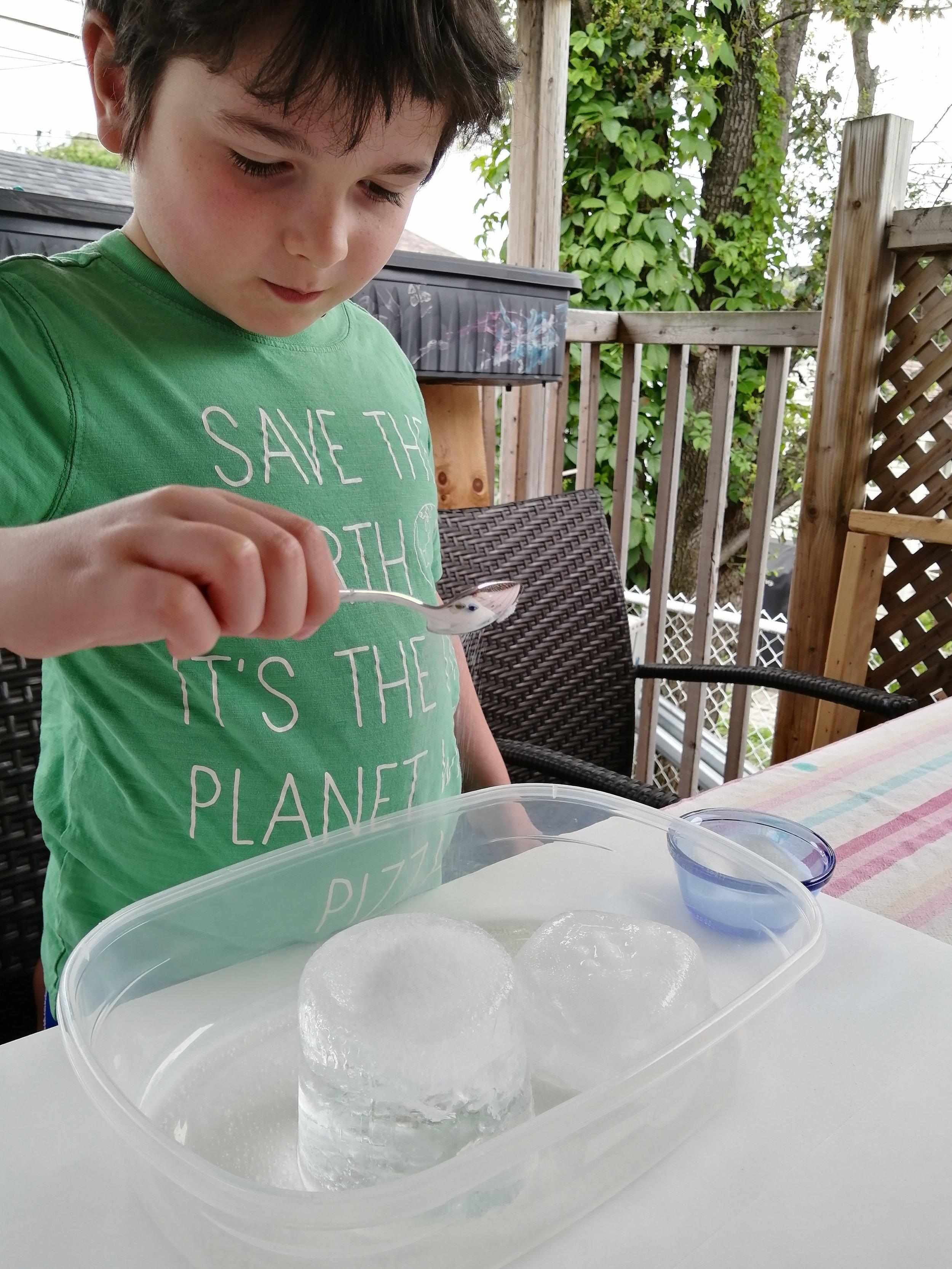 experience-enfant-glace-sel-saupoudrer-fonte-craquements