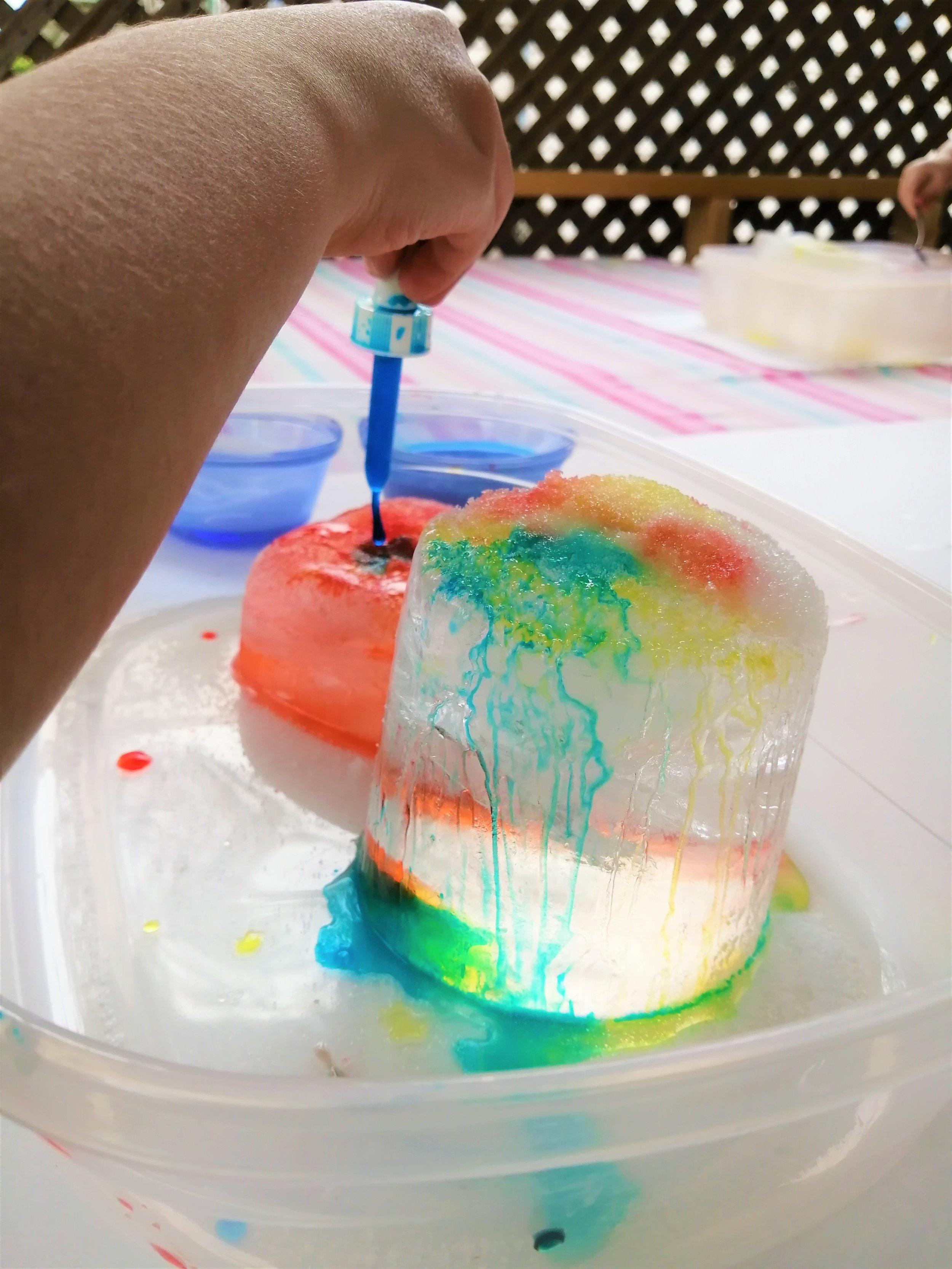 activité-enfant-famille-expérience-maman-bricole-fonte-des-glaces-colorée