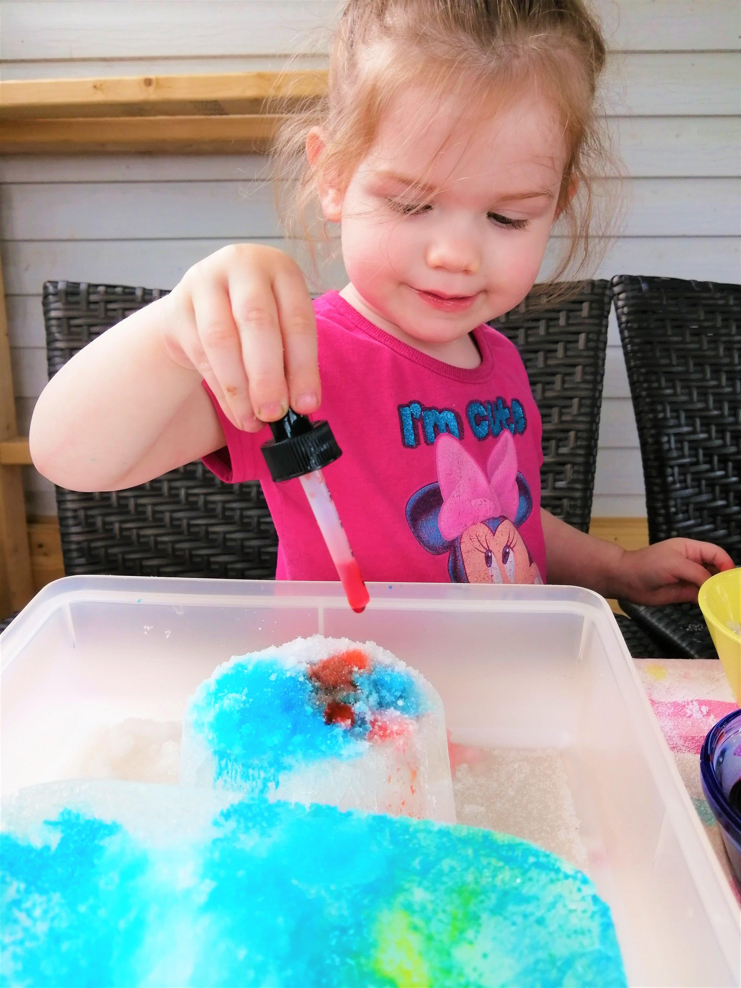 activité-motricité-fine-expérience-glacée-colorée-2-ans