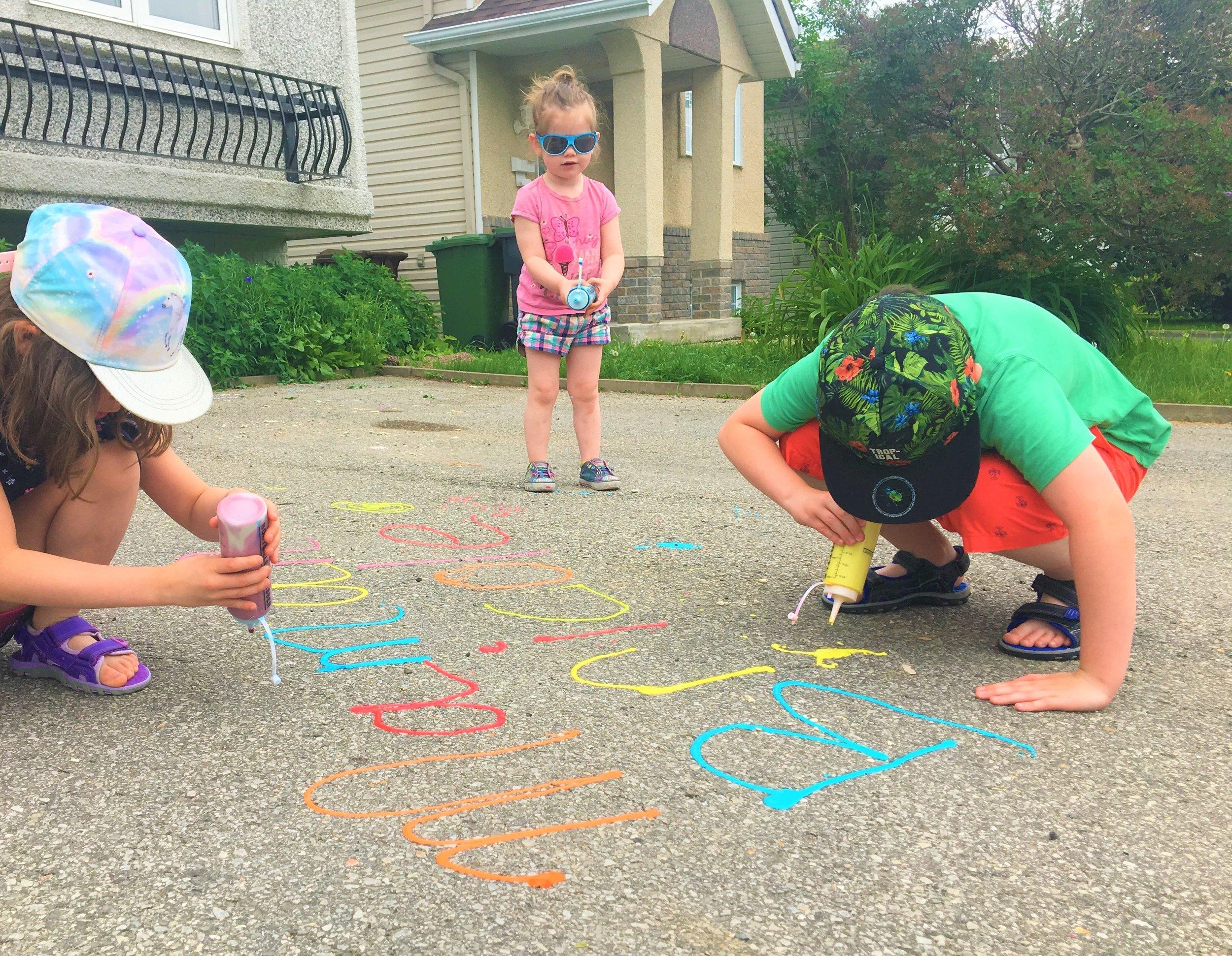 création-oeuvre-dessins-pâte-à-dessiner-activité-petits-artistes-couleurs-plaisir-rue-trottoir