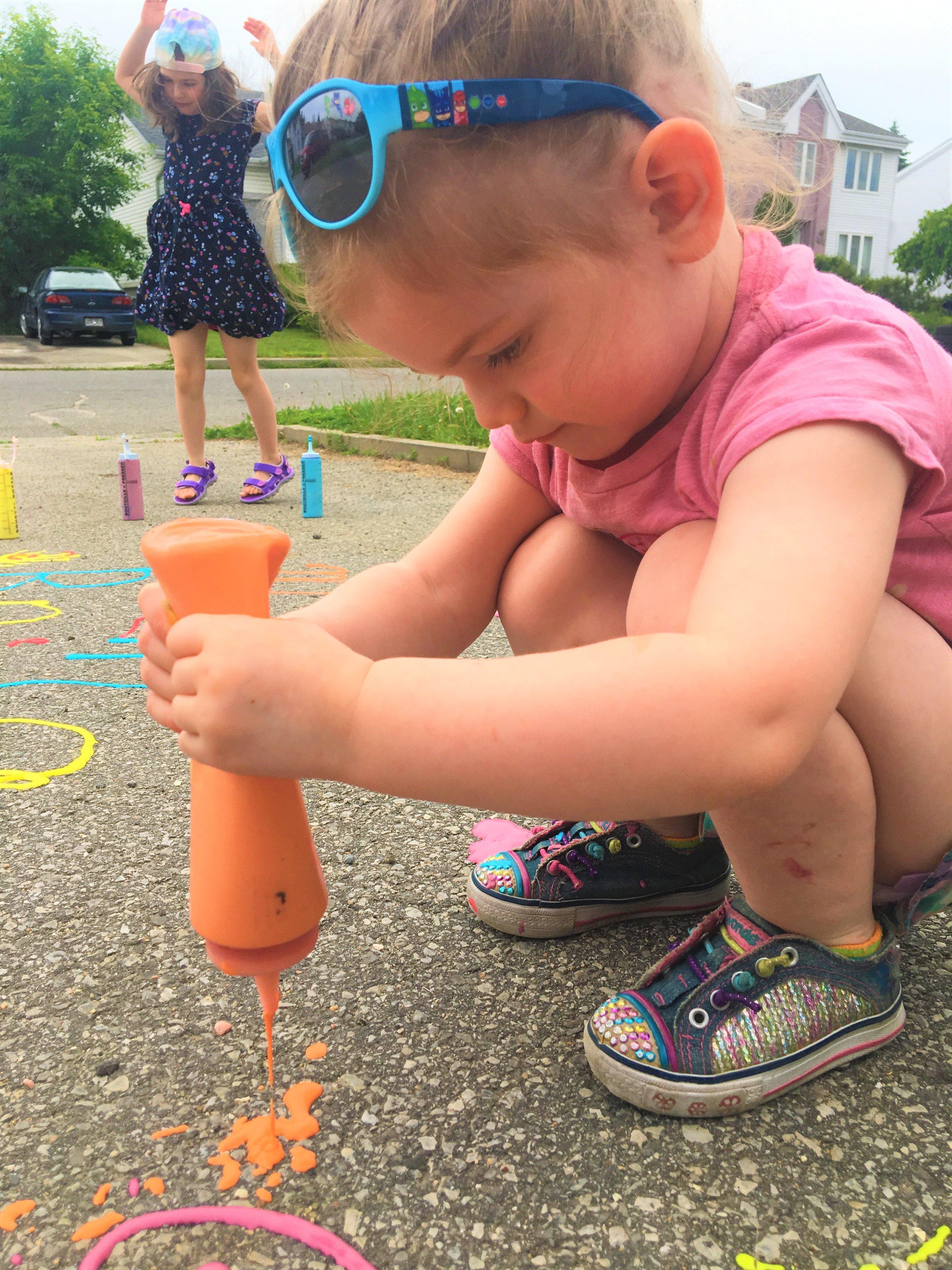 enfant-2-ans-pâte-à-dessiner-activité-petits-artistes-couleurs-plaisir-rue-trottoir