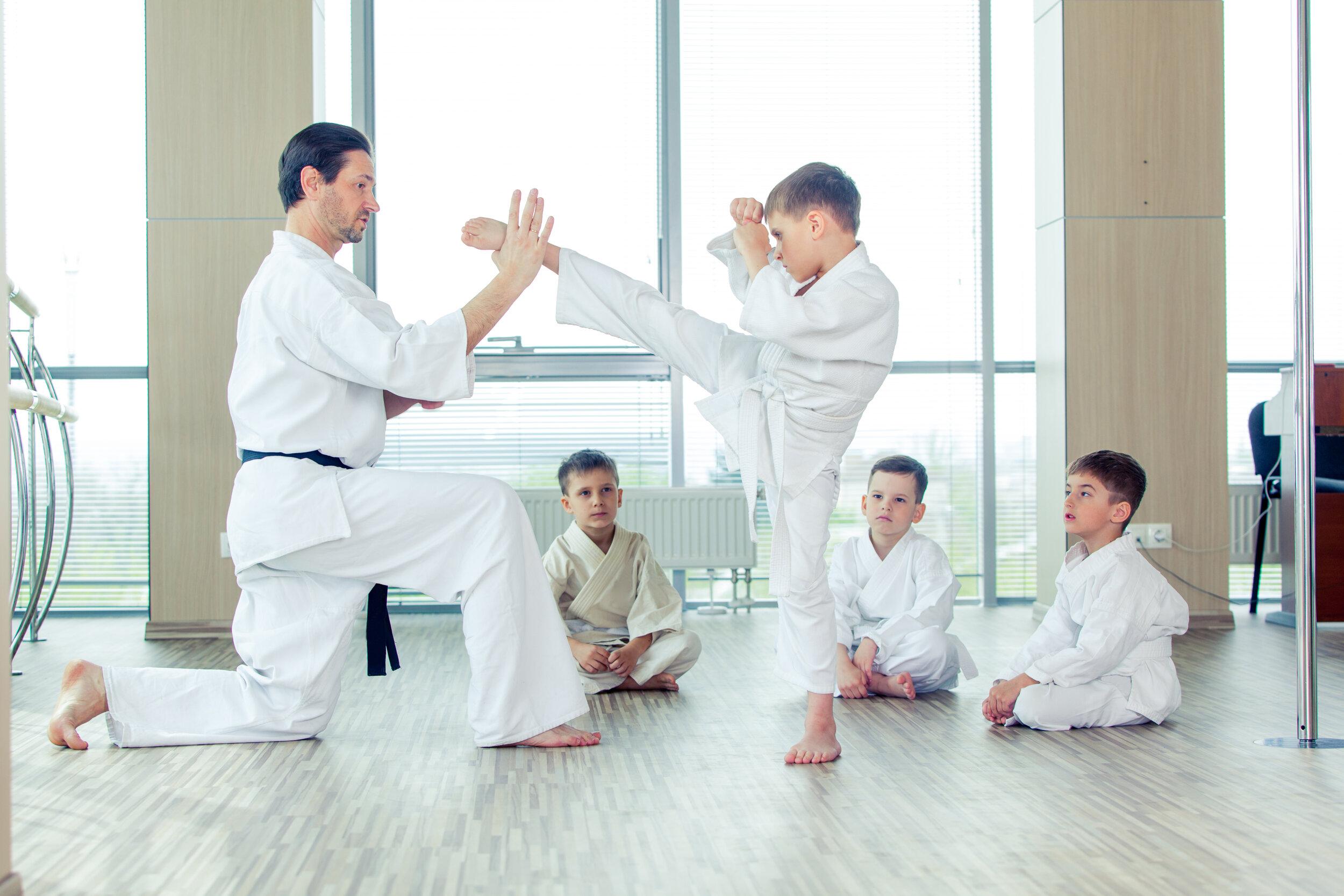 activité-enfant-parascolaire-suivre-un-cours-karaté-discipline