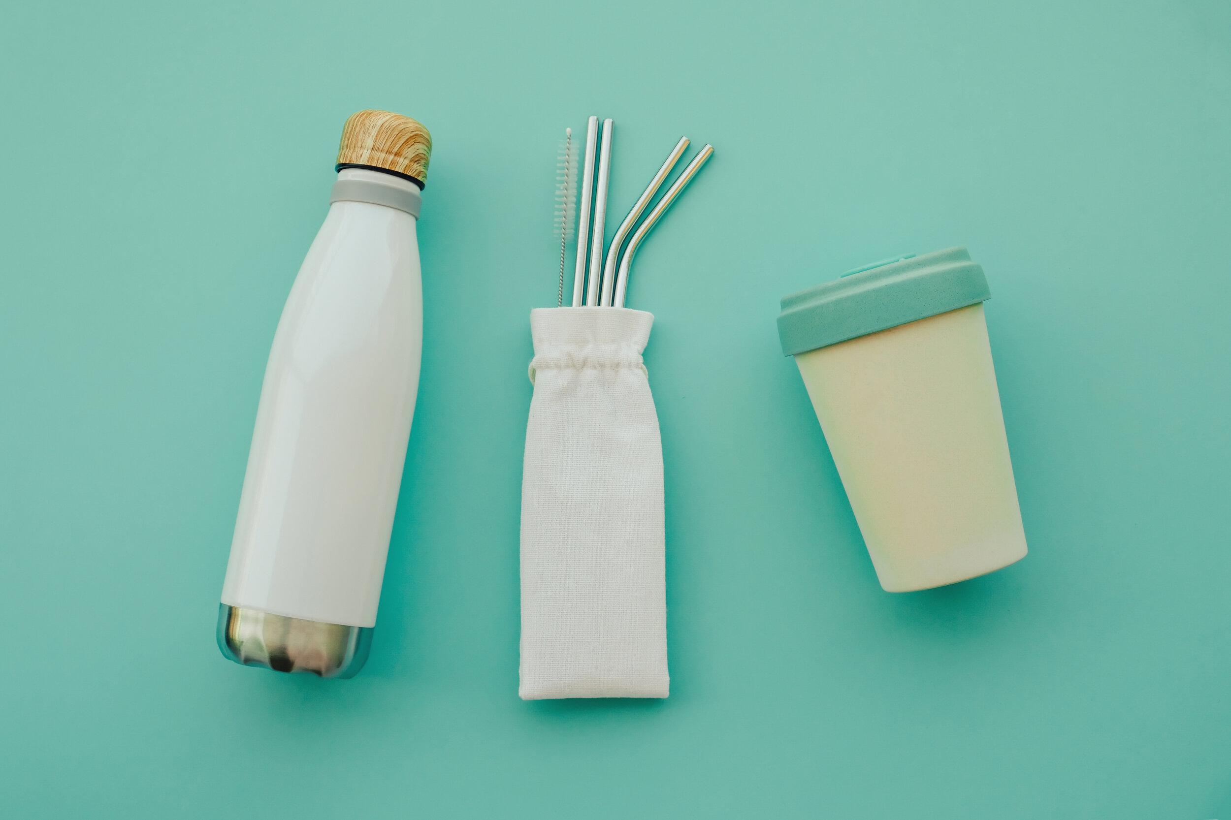 Voyager-écolo-écologique-environnement-bouteille-paille-tasse-à-café-réutilisable.jpg