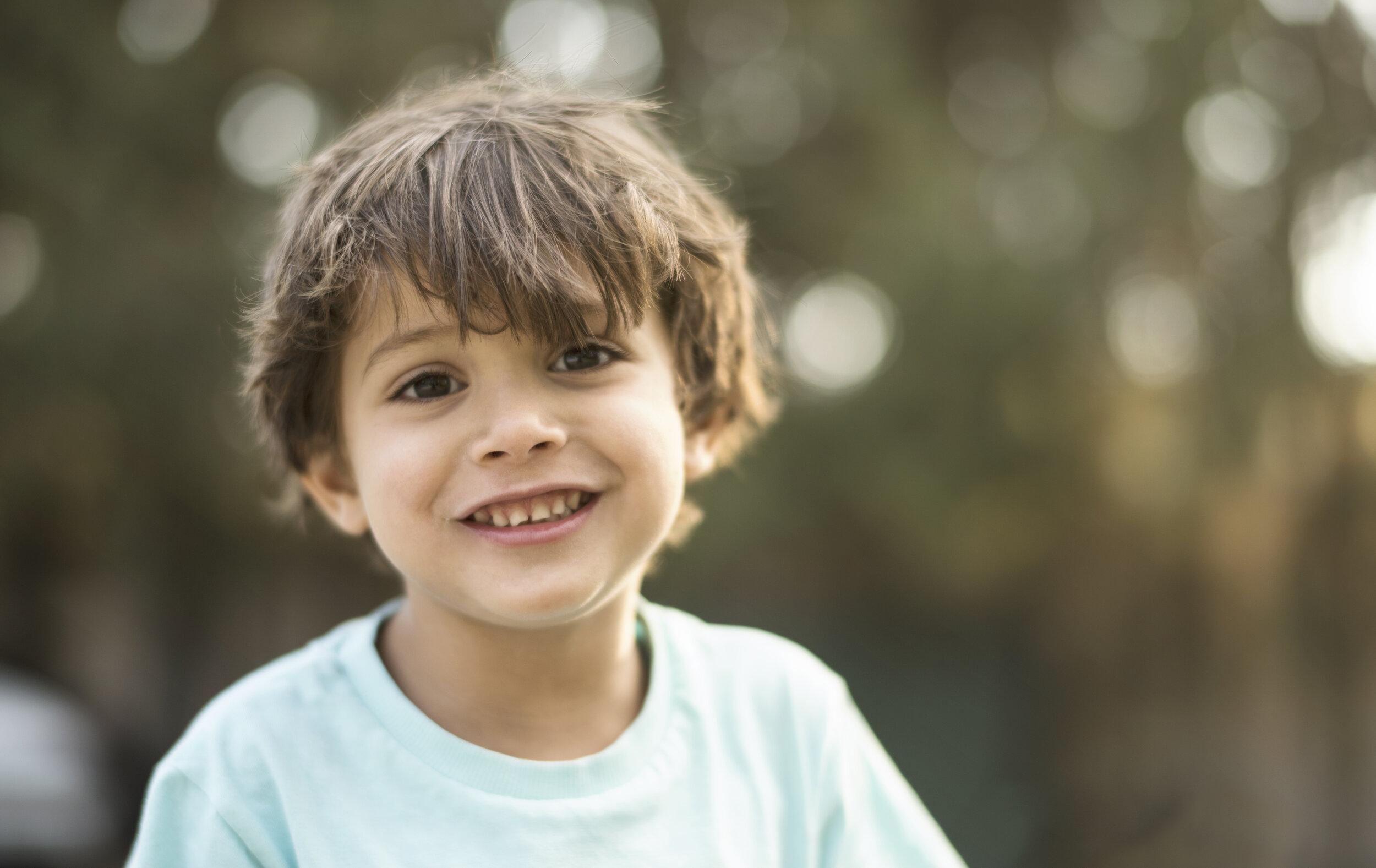 petit-garçon-joyeux-tout-sourire-énergie-autiste-enfant-différent-regard-des-autres.jpeg