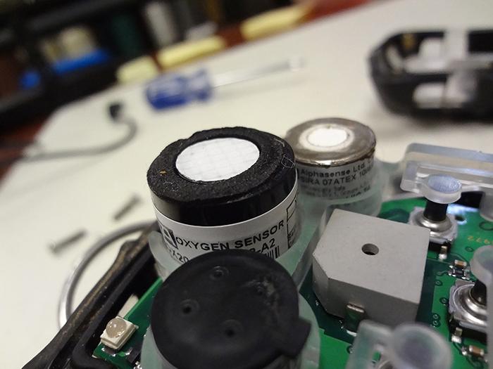 msa-altair-4-inside-oxygen-sensor.JPG