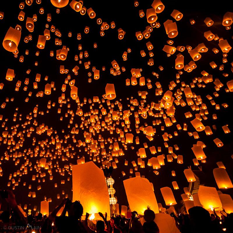 The launching of thousands of lanterns near Chiang Mai, Thailand for Yi Peng.. © Dustin Main 2011