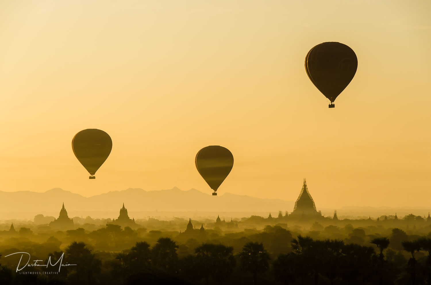 The golden light of the sunrise and the iconic balloons over Bagan © Dustin Main 2017