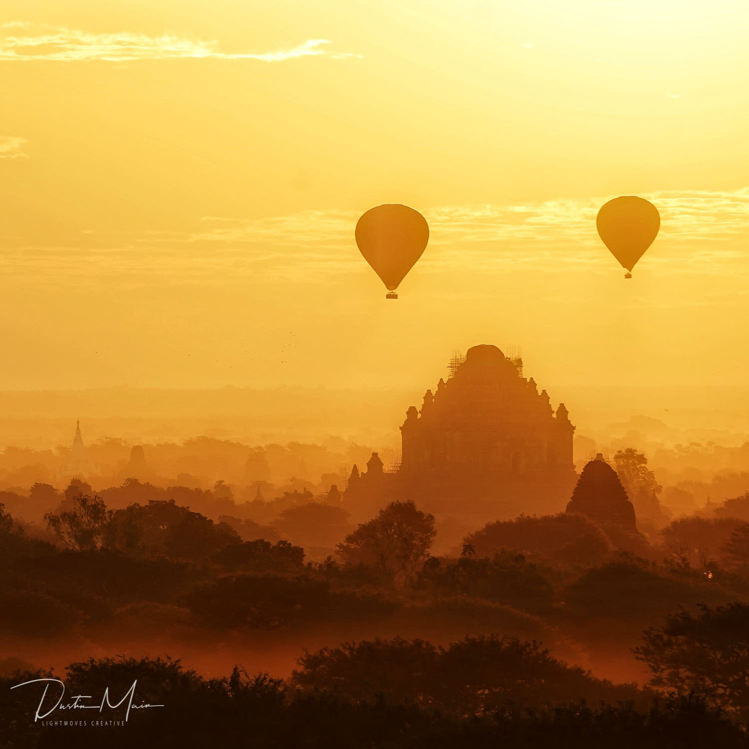 Golden sunrise with hot air balloons in Bagan, Myanmar. © Dustin Main 2017