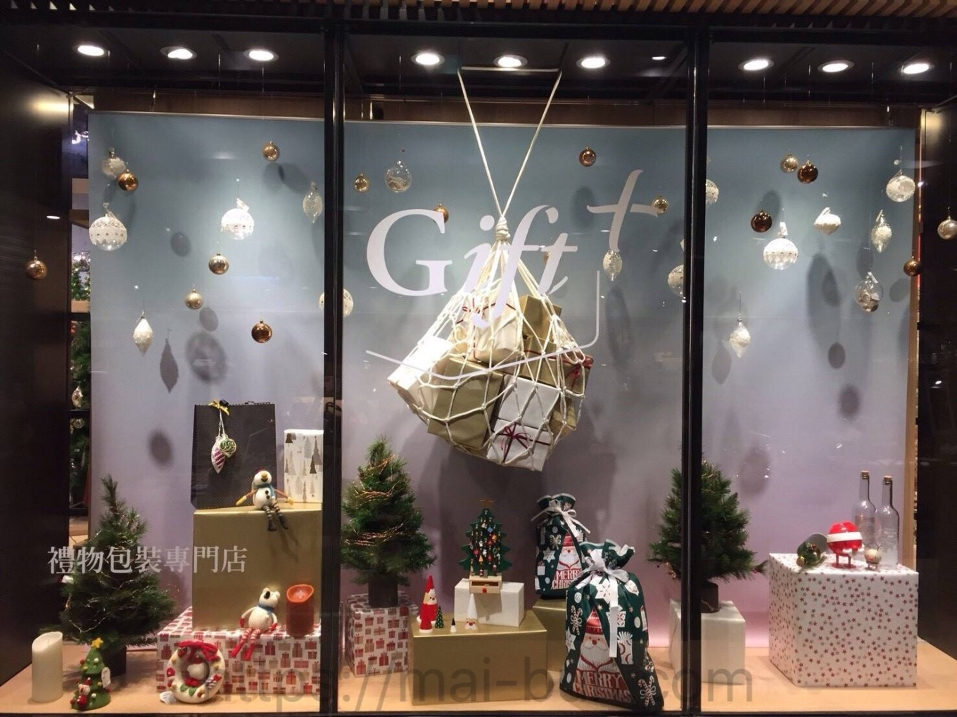 Image 10 eslite inside gift display.jpg