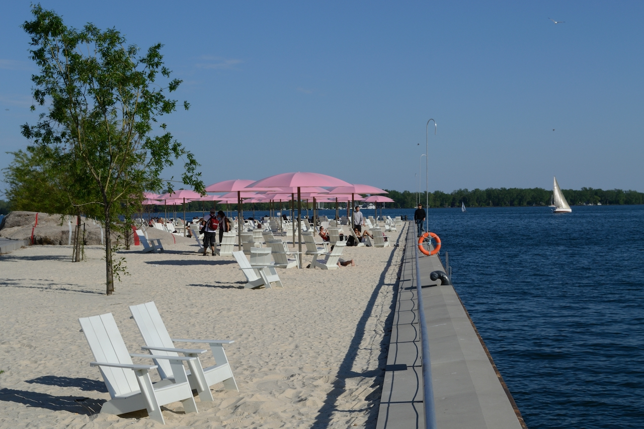 """""""Sugar Beach"""", By Raysonho @ Open Grid Scheduler / Grid Engine [CC0], from Wikimedia Commons"""