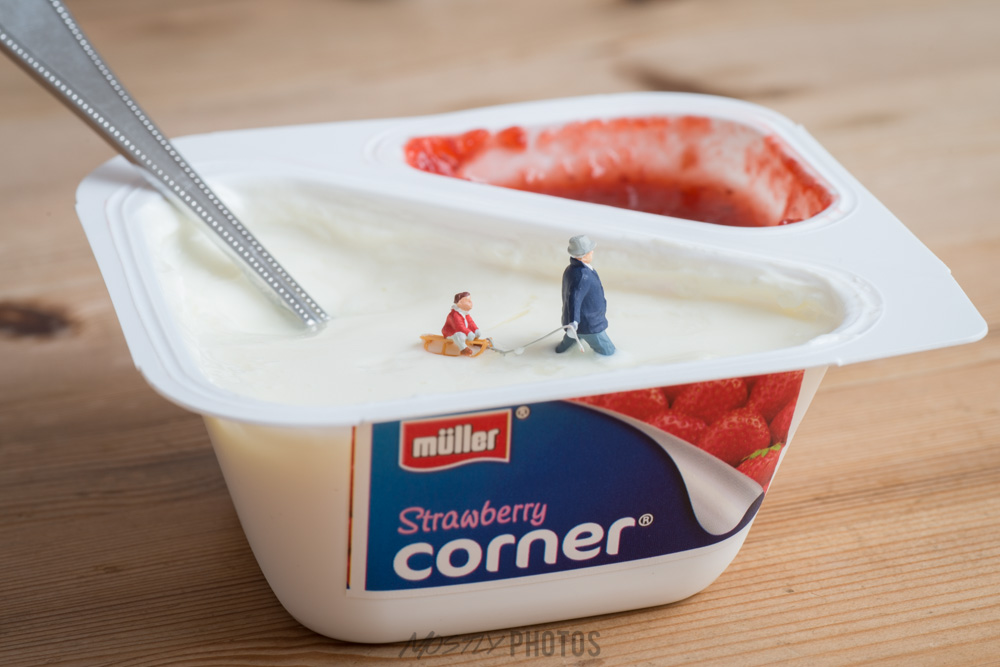 Deep 'Snow' - Preiser 1/87th Scale figures and a Muller Strawberry Corner
