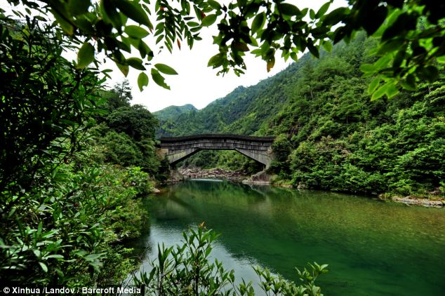 The Yangmeizhou Bridge is 47.6 meters long and 4.9 meters wide