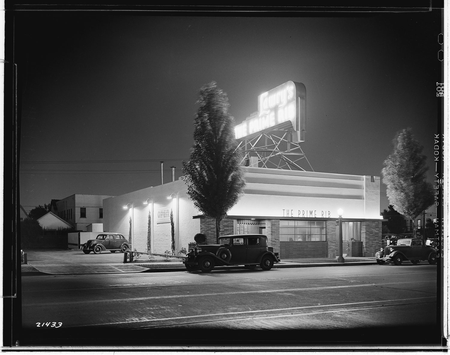 los-angeles-neon-at-night-black-and-white-04.jpg