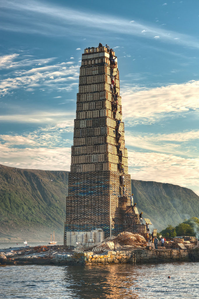 worlds-biggest-bonfire-alesund-norway-sankthans-slinningsbalet-midsummer-2.jpg