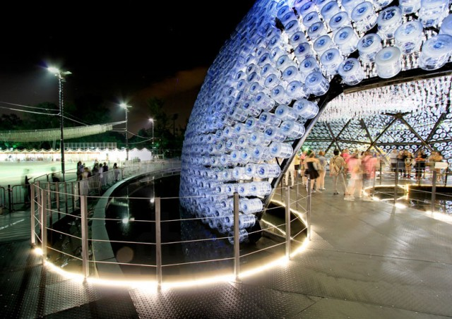 Lantern-Pavilion-made-from-Recycled-Water-Bottles7-640x452.jpg