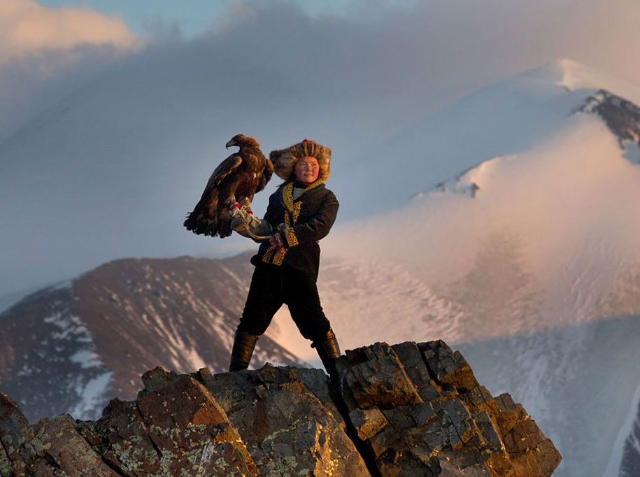 kazakh-female-eagle-hunter-asher-svidensky-4.jpg