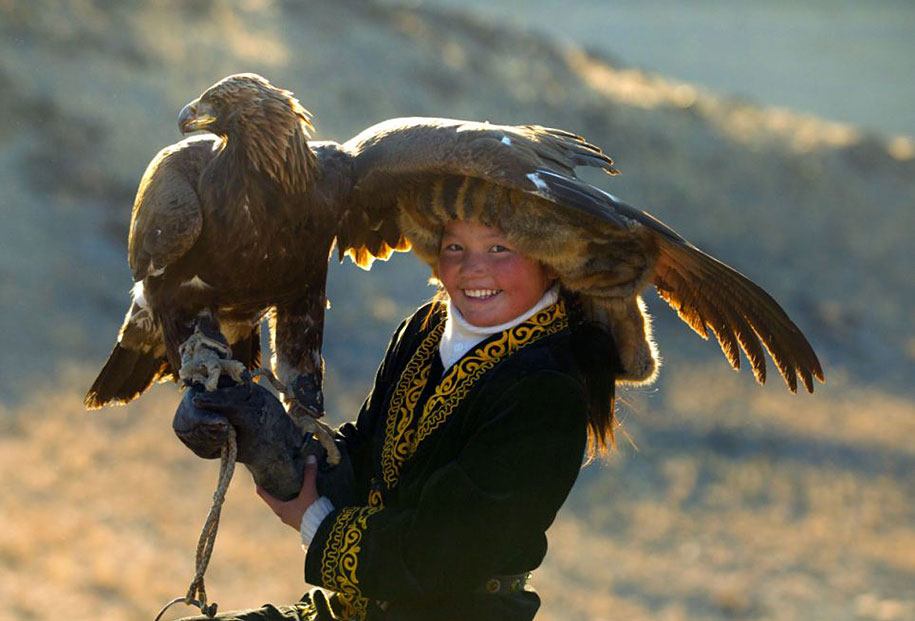 kazakh-female-eagle-hunter-asher-svidensky-3.jpg