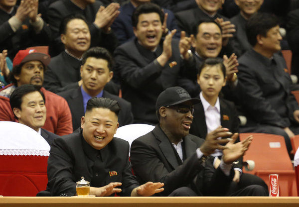 دنیس رادمن و کیم جونگ اون در حال تماشای مسابقه نمایشی بسکتبال در پیونگ یانگ