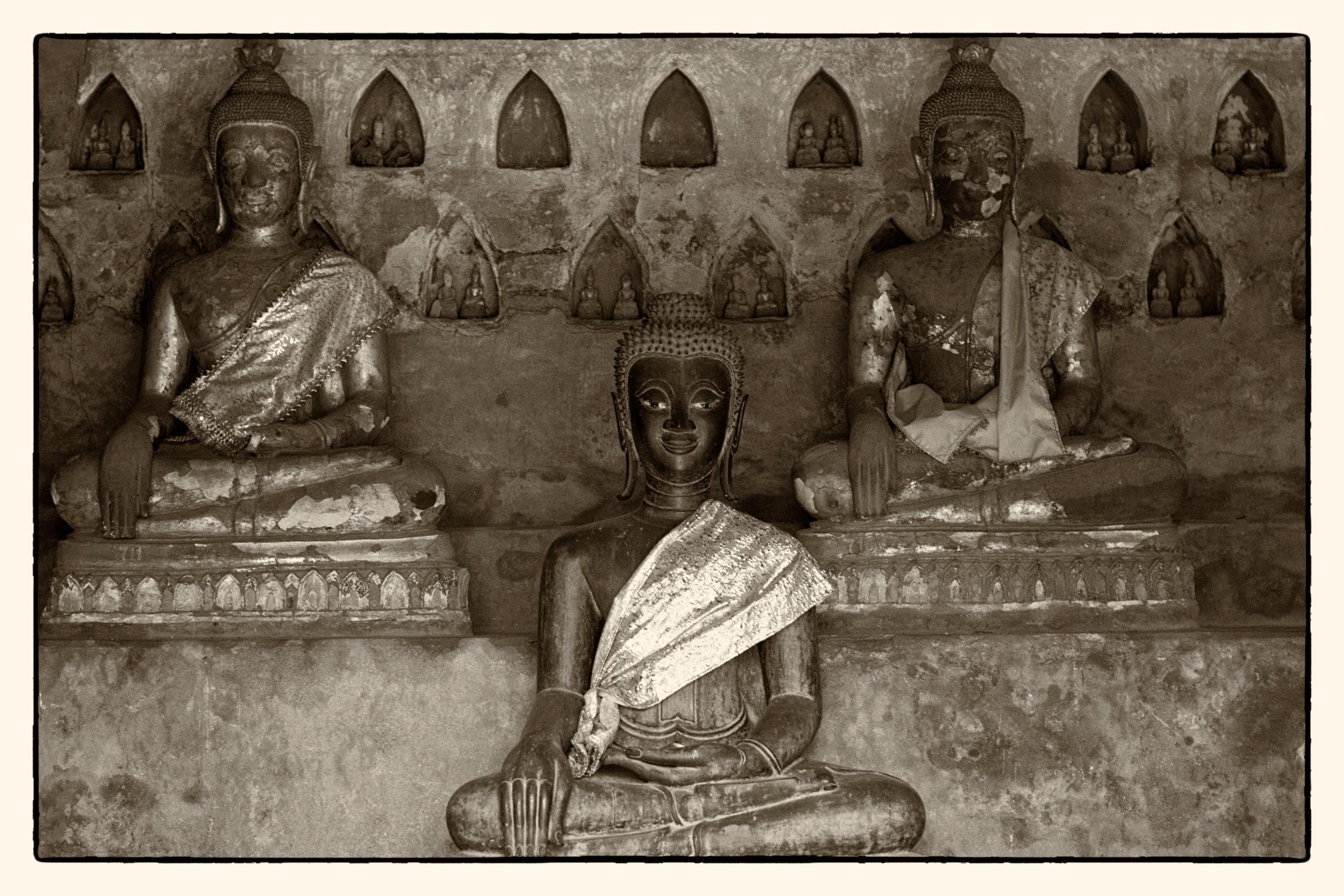 Statues at Wat Si Saket.jpg