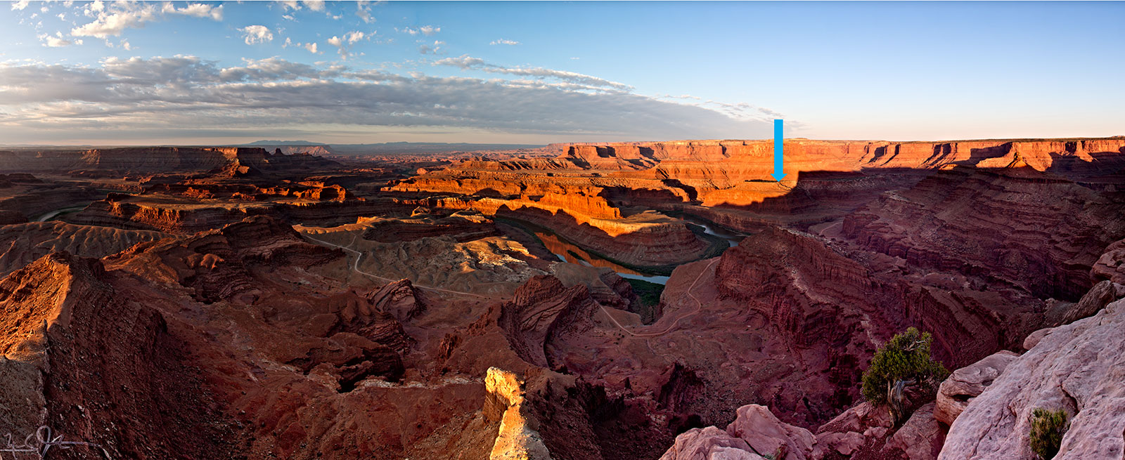 Dead Horse Point and the Gooseneck from the northeast, at the overlook at Dead Horse Point State Park. The point of view of the image below is indicated by the blue arrow.