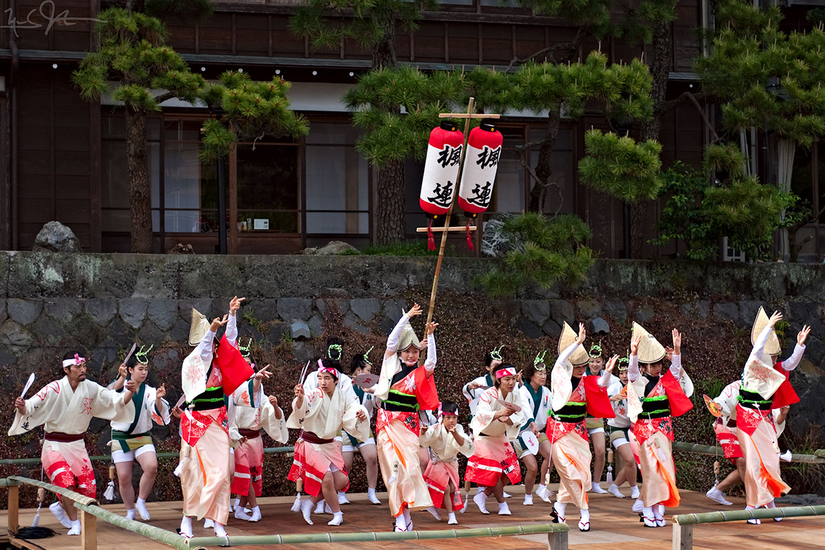 Dancers at the  Awa Odori  festival in Ito City, Shizuoka Prefecture, wearing  amigasa  straw hats.