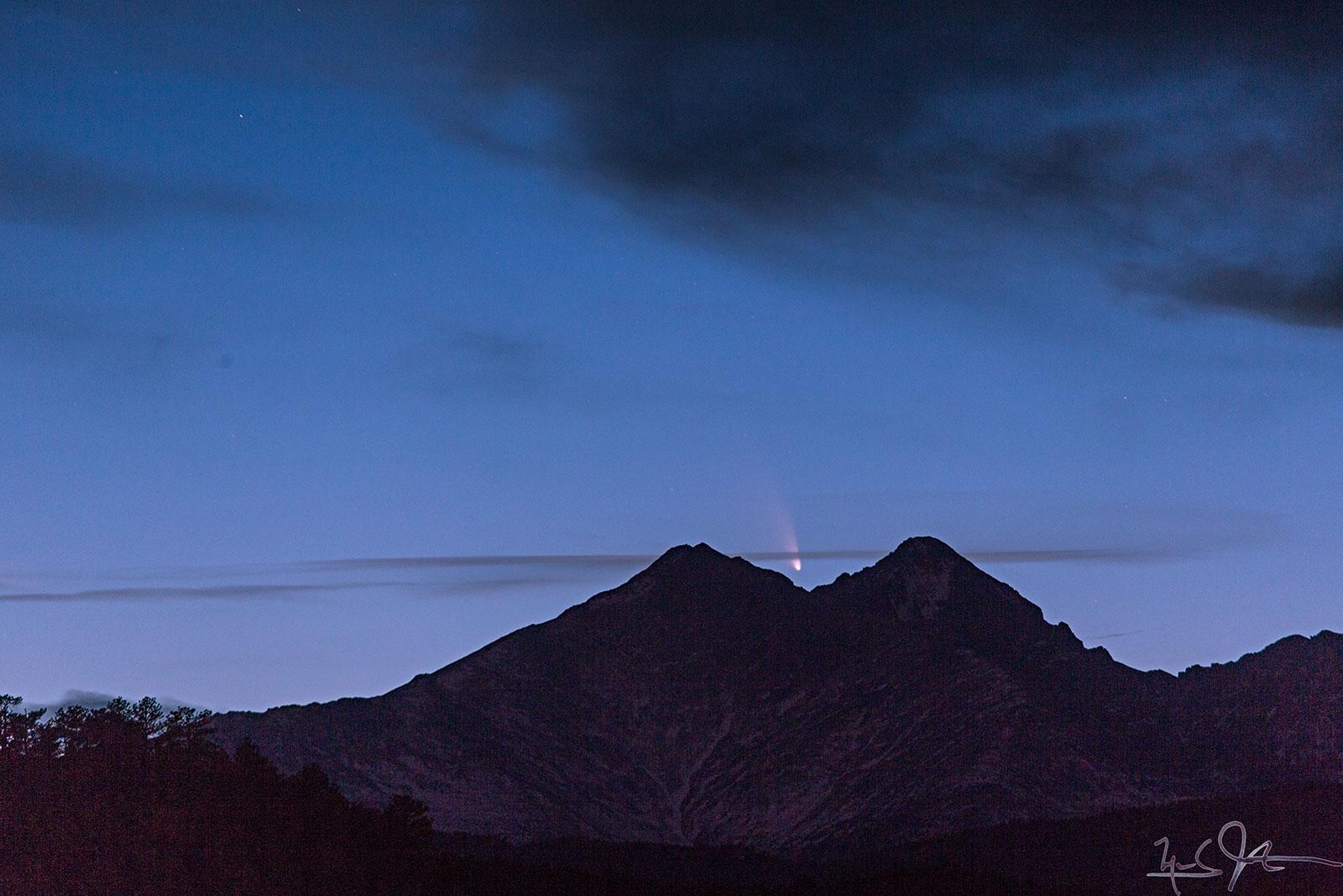 Comet C/2011 L4 Pan-STARRS drops into the notch between Mt. Meeker and Long's Peak from a viewpoint in Lyons, Colorado.