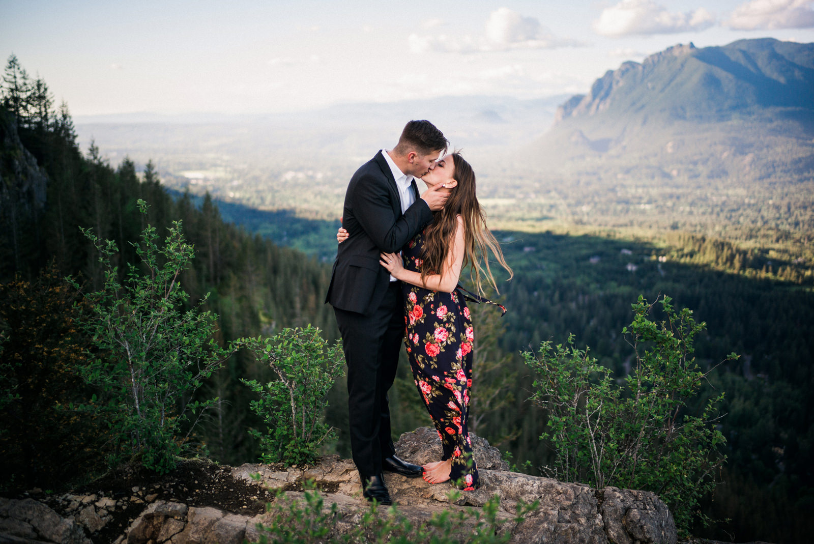 211-adventurous-rattlesnake-ledge-engagement-photo-by-seattle-wedding-photographer-ryan-flynn.jpg
