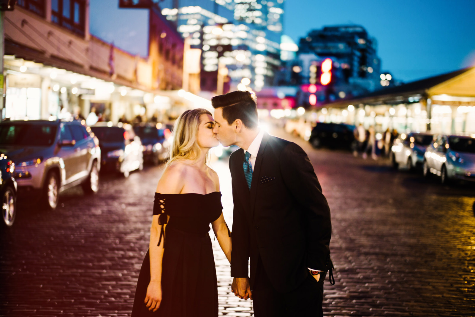 242-stylish-couple-at-pike-place-market-in-the-evening-for-engagement-session.jpg