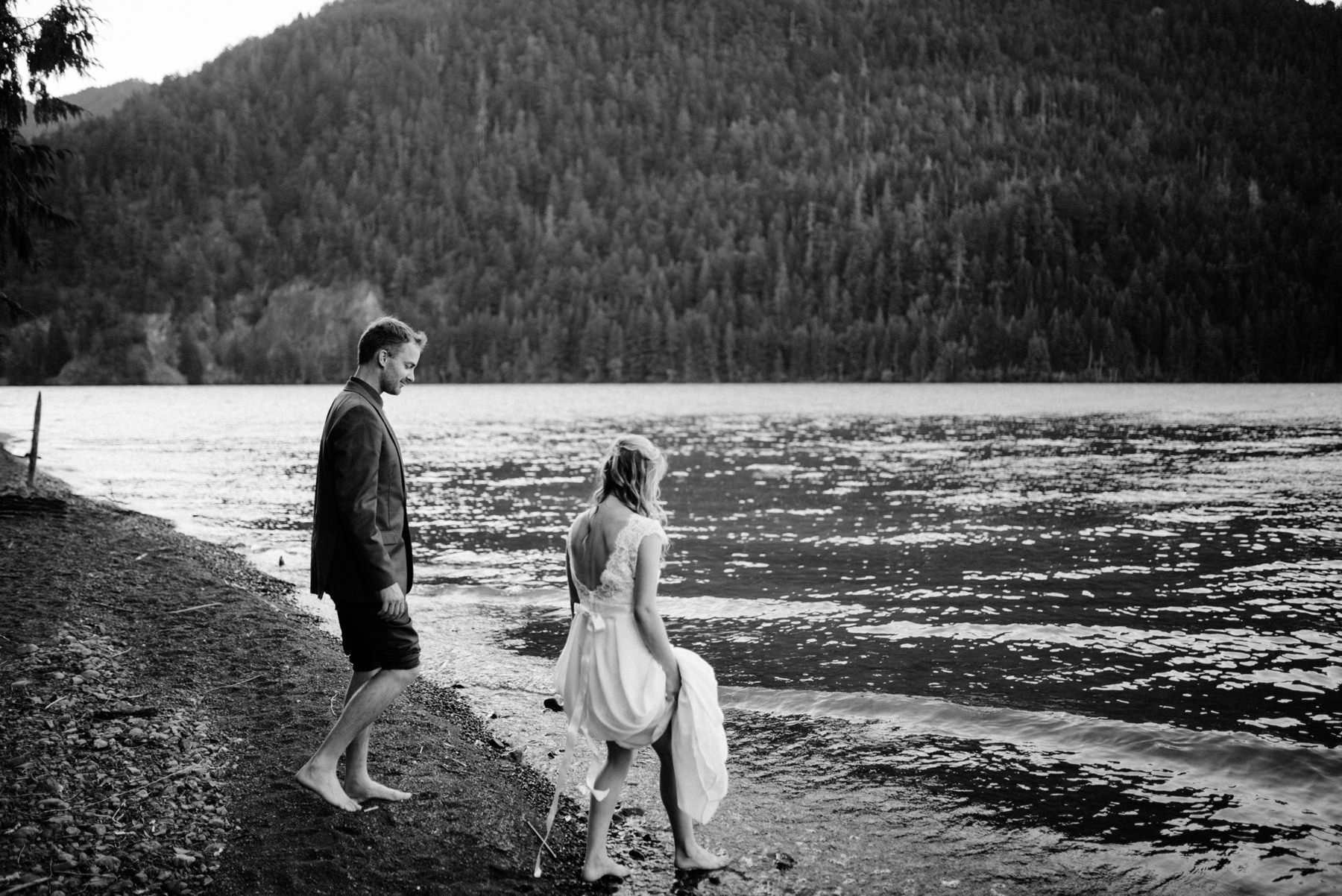 182-bride-and-groom-in-a-canoe-across-lake-crescent-by-nature-bridge.jpg